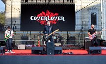 The band CoverLover stirred up young people's hearts with lively rhythms.