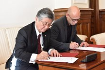 Rector of the University of Miyazaki Prof. Ikenoue Tsuyomu and Vice-rector for the field of scientific and research work at the University of Ljubljana Prof. Dr. Matjaž Krajnc signed an agreement on cooperation and the exchange of students.