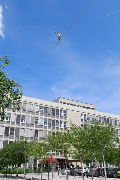 A student of the Faculty of Mathematics and Physics slacklined between the two faculty buildings. Photo: Prof. Dr. Peter Legiša