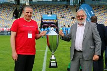 The Vice-rector of the University of Ljubljana Prof. Dr. Goran Turk and the Rector of the University of Maribor Prof. Dr. Igor Tičar with the trophy, which is again moving to Ljubljana.